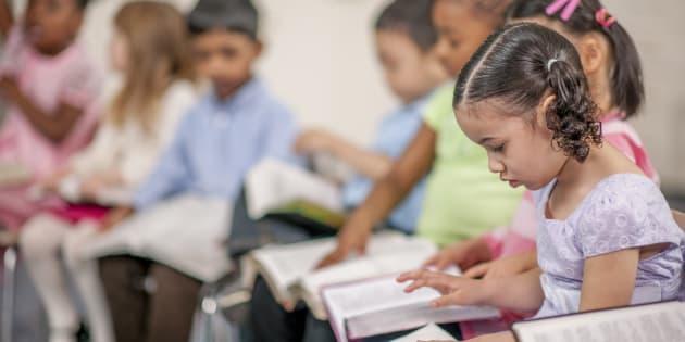 As escolas públicas são obrigadas a oferecer a disciplina facultativa aos estudantes do ensino fundamental.
