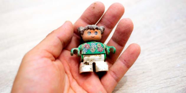 寄付者のもとへ返礼品として届けられるおもちゃ。白く乾燥した泥がついたままだ(ホハル提供)