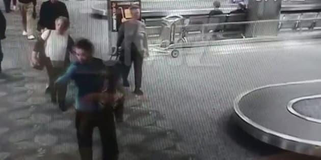 Une capture d'écran de la vidéo où l'on voit le tireur Esteban Santiago lors de la fusillade de Fort Lauderlale le 6 janvier 2017.