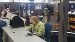 Cet employé du bureau des immatriculations a trouvé le déguisement parfait pour