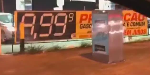 Aproveitando-se da greve dos caminhoneiros, dono de posto de gasolina em Águas Claras, próximo a Brasília, cobrou preço abusivo.