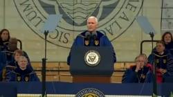 Estudiantes abandonan ceremonia de graduación a medio discurso de Mike