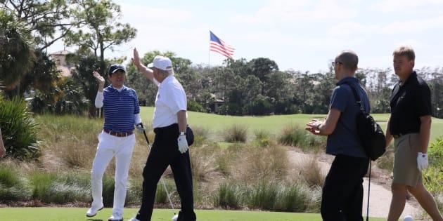 ゴルフをする安倍首相とトランプ大統領(February 11, 2017)