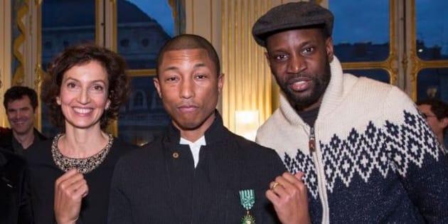 Pharrell Williams entouré de la ministre de la Culture Audrey Azoulay et du chanteur Abd Al Malik