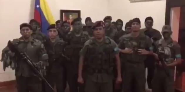 """Venezuela: des hommes en tenue militaire, qualifiés de """"terroristes"""" par le pouvoir, attaquent une base de l'armée"""