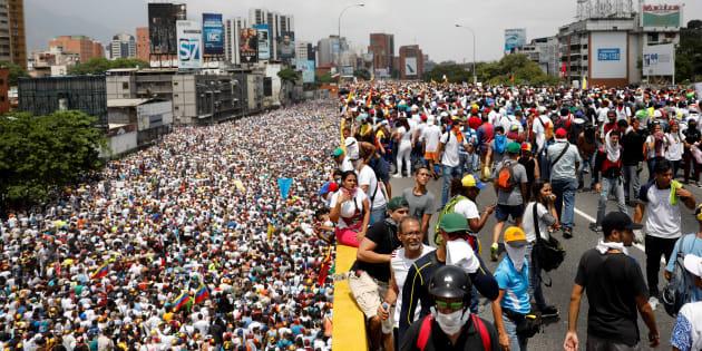 """""""La mère de toutes les marches"""" déferle au Venezuela, deux manifestants et un militaire tués"""