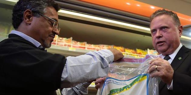 O ministro da Agricultura, Blairo Maggi, acompanha fiscalização de produtos derivados de carne em supermercados.