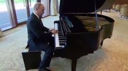 Pour patienter, Poutine joue quelques chansons russes au