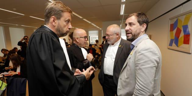 Los exconsellers Lluis Puig y Antoni Comin, junto a sus abogados, el pasado lunes en Bélgica.