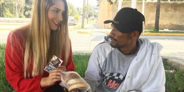 Una modelo usa a un migrante necesitado para promocionar a la famosa compañía de dulces de chocolate