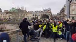 Poliziotto preso a calci e pugni da un manifestante dei gilet gialli a