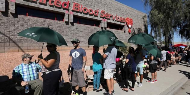 Centenas de pessoas na fila para doação de sangue às vítimas do tiroteio em Las Vegas.