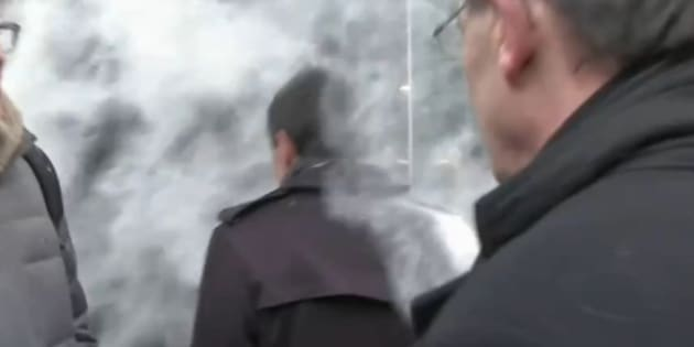 Manuel Valls a reçu de la farine sur le visage.