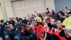 Ces pompiers catalans ont fait barrage entre les manifestants et la