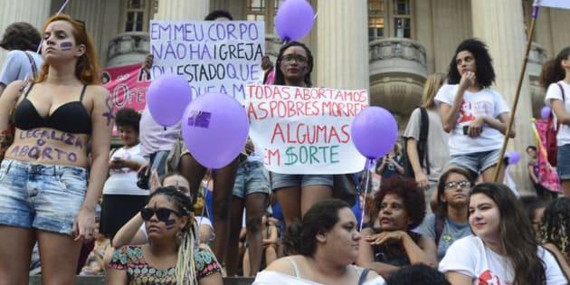 Mulheres defendem legalização do aborto na Assembléia Legislativa do Rio.