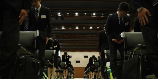三井住友銀行の内定式に出席した来春入社予定の学生たち=10月2日、東京都千代田区