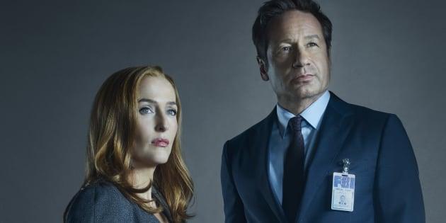 Os agentes Dana Scully (Gillian Anderson, à esquerda) e Fox Mulder (David Duchovny) retornam em novos episódios .