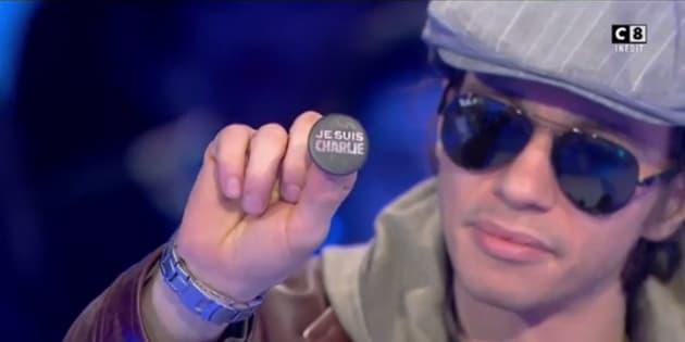 """Farid Benyettou montrant son badge """"Je suis Charlie"""" sur le plateau de Thierry Ardisson."""