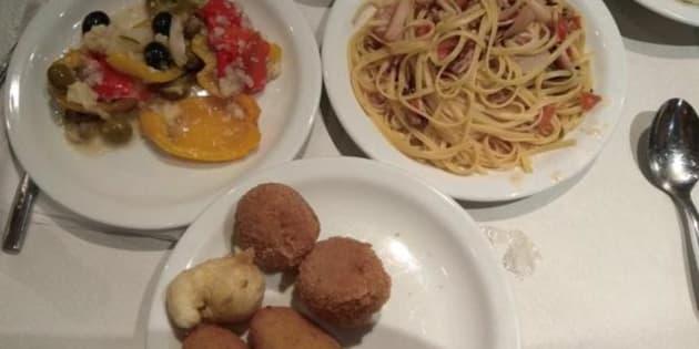 Croquetas, espaguetis, algún mejillón y ensalada, el menú navideño servido a los policías desplazados a Barcelona.