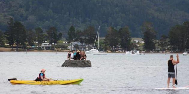 """Pour contourner une interdiction de boire, ils se construisent une """"île"""" au milieu d'un fleuve."""