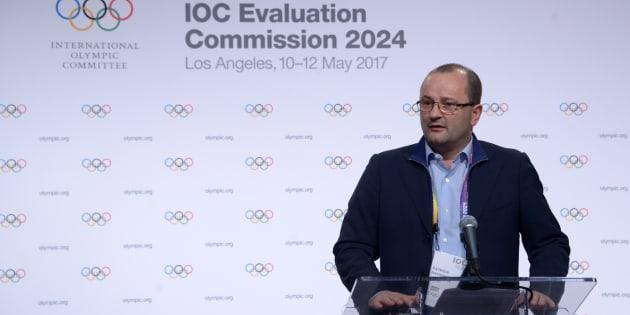 10 mai 2017; Los Angeles, CA, États-Unis; Le président de la commission d'évaluation du CIO Patrick Baumann parle lors de la conférence de presse des Jeux olympiques de 2024 à Los Angeles au Staples Center.