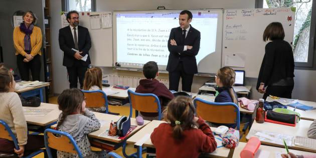 Emmanuel Macron en visite dans une école dans le Lot, à Saint-Sozy, le 18 janvier.