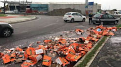 Camion perde bottiglie di Aperol e il traffico va in tilt: i passanti a caccia delle