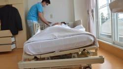 自動でベッド傾き寝姿勢変える 夜間の介護負担が大幅軽減