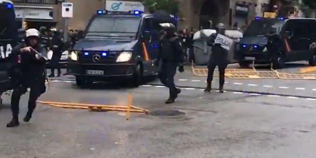 En images, les tensions en Catalogne entre la police et les participants au référendum.
