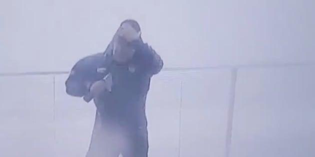 Ouragan Michael: Ce journaliste météo a failli se faire empaler en direct par des débris.