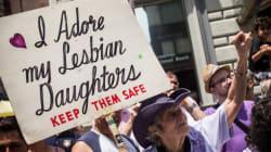 Esta mãe carrega o mesmo cartaz desde 1971 na Marcha do Orgulho LGBT em