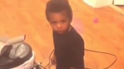 Cet enfant a une technique imparable quand il se fait