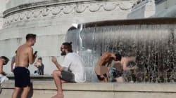 Nudi in pieno giorno nella fontana di piazza Venezia. A Roma è caccia ai 2
