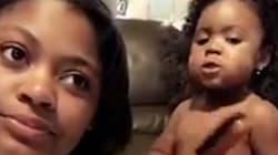 Cette fillette adorable joue à la coiffeuse en échangeant des