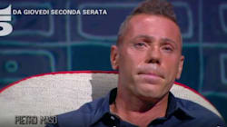 Pietro Maso intervistato da Maurizio Costanzo con alle spalle la foto dei genitori uccisi nel '91. La polemica: