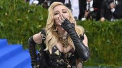 Madonna fait taire ceux qui parlent de ses implants