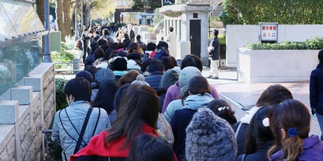 あおり運転による死傷事故の判決が言い渡される横浜地裁前で、傍聴券を求めて列をつくる人々=12月14日午前、横浜市