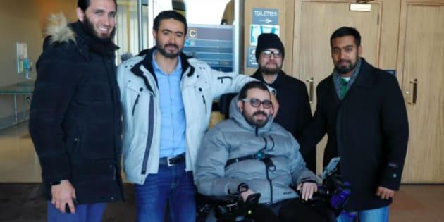 Aymen Derbali, entourée des membres de DawaNet. Ils espèrent amasser 400 000$ pour acheter une maison adaptée à ses besoins.