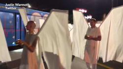 Un an après l'attentat d'Orlando, 49 anges paradent devant la discothèque le