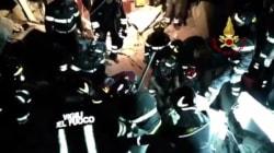 I pompieri tranquillizzano i fratellini intrappolati: