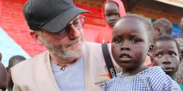 Liam Cunningham se reúne con niños en el campamento de refugiados Bidi Bidi, en Uganda.
