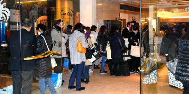 予約していた振り袖が届かず、着付け会場で立ち往生する新成人ら=横浜市港北区
