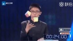 Questo 13enne ha risolto tre cubi di Rubik mentre li lanciava in