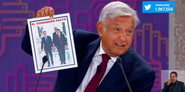 El candidato presidencial de la alianza Morena-PES-PT, Andrés Manuel López Obrador, durante el tercer debate presidencial, muestra una foto de su contrincante de Por México al Frente, Ricardo Anaya, con el presidente Peña Nieto.