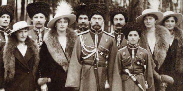La familia Románov en 1913: de izquierda a derecha: Ola, María, Nicolás II, Alejandra Fiódorovna, Anastasia, Alekséi y Tatiana. /Cortesía editorial Páginas de Espuma