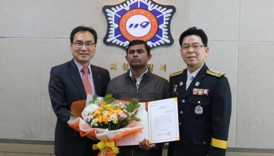「不屈の勇気だ」命がけで独居老人を救った男性、韓国の永住権を得る
