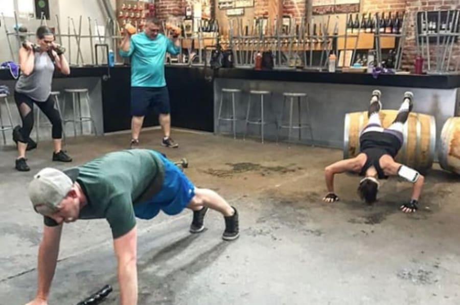 Brewery Boot Camp imparte clases en donde los asistentes pueden ejercitarse y después tomar una cerveza gratis.
