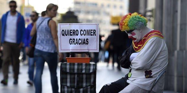 Imagen de archivo de un payaso pidiendo en las calles de Madrid limosna para comer.