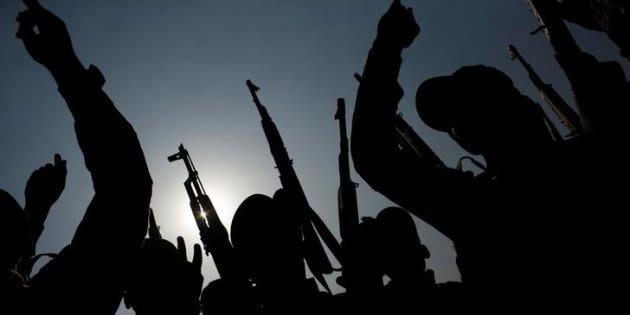 Soldados entrenan contra el Estado Islámico.