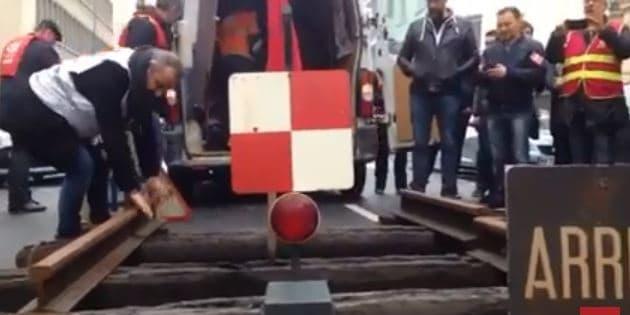 Des cheminots posent 2 mètres de rails devant la permanence d'un député LREM